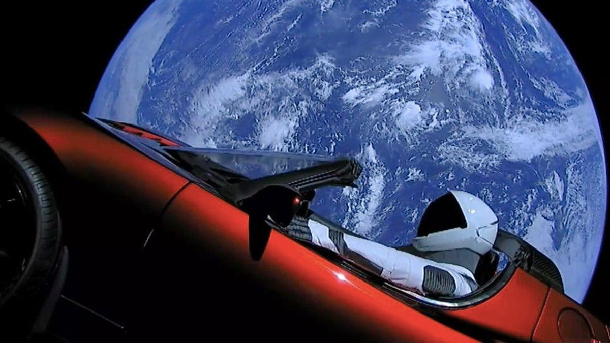 Il viaggio spaziale di STARMAN a bordo della TESLA rossa compie tre anni